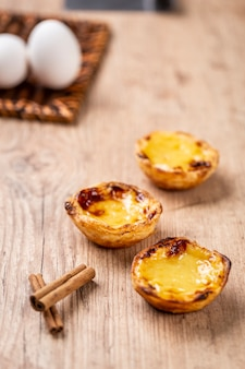 Typowe portugalskie ciasta z kremem. tradycyjne ciasto portugalskie. na drewnianym stole.