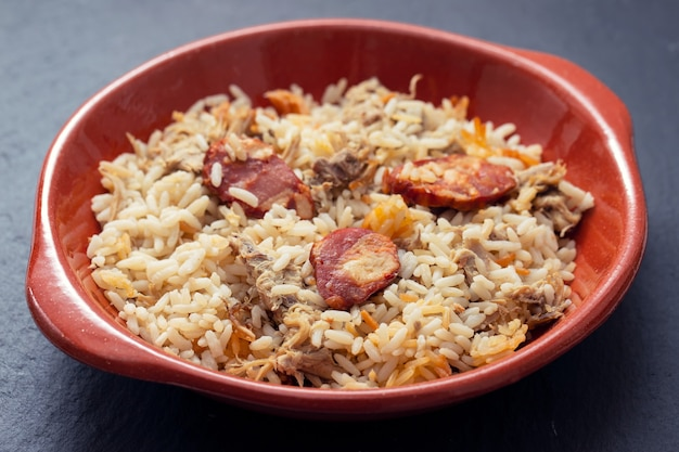 Typowe portugalskie danie ryżowe z kaczką i wędzoną kiełbasą