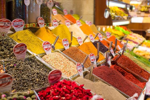 Typowe przyprawy w sprzedaży na tureckich rynkach w stambule