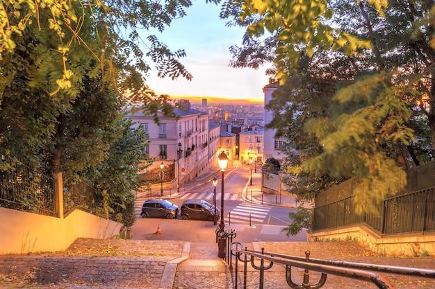 Typowe schody montmartre do sacre-coeur rano o wschodzie słońca, dzielnica montmartre w paryżu, francja