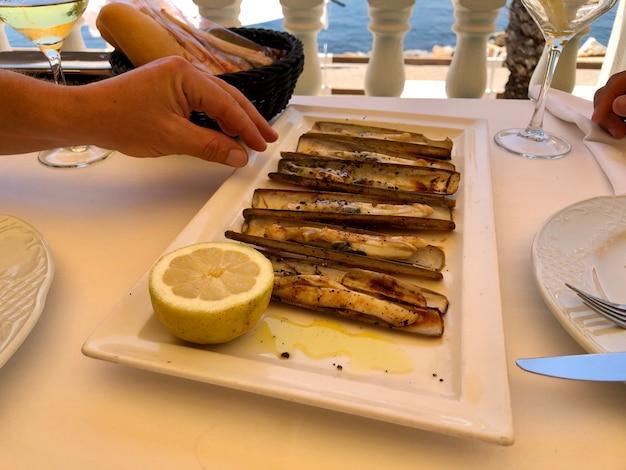 Typowe śródziemnomorskie noże morskie podawane w restauracji w stylu życia wysokiej jakości