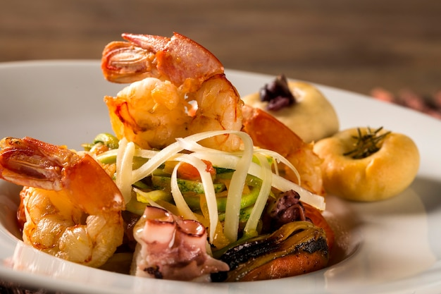 Typowe sycylijskie danie z linguine z owocami morza