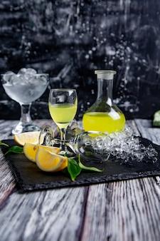Typowe włoskie limoncello trawienne ze świeżymi cytrynami i lodem