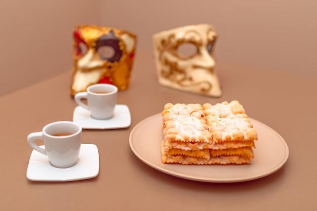 Typowe włoskie placki karnawałowe posypane pudrem.