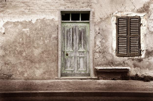 Typowe zabytkowe drewniane drzwi i okna