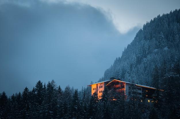 Typowy alpejski domek w austriackich górach.