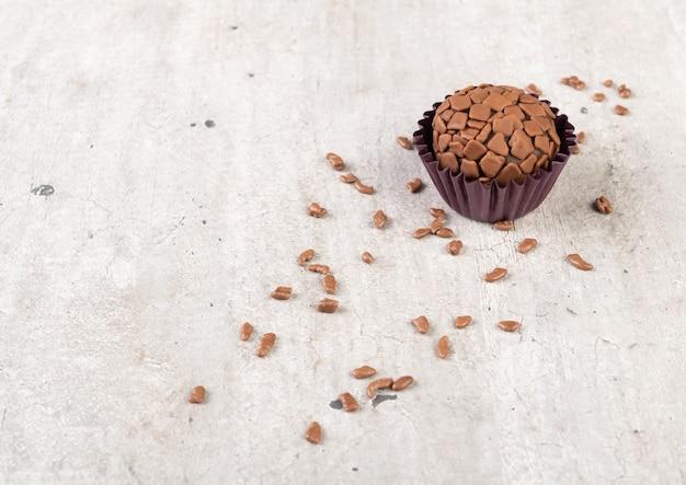 Typowy brazylijski brygadeiro z posypką czekoladową i kopią przestrzeni.