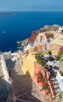 Typowy grka dom w oia wiosce na santorini wyspie, grecja