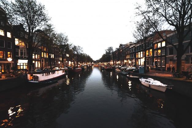 Typowy kanał w amsterdamie z budynkami z tyłu