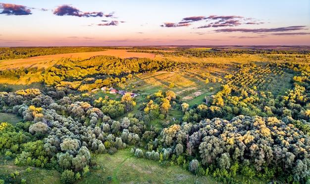 Typowy krajobraz lotniczy centralnej czarnej ziemi w rosji. bolshoe gorodkovo wieś, obwód kurski