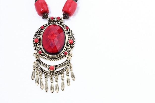 Typowy naszyjnik afrykańskiego plemienia z czerwonym rubinowym kamieniem szlachetnym i srebrem