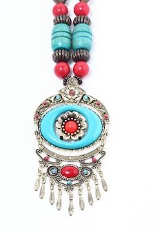 Typowy naszyjnik z plemienia afrykańskiego z turkusowym niebieskim kamieniem szlachetnym i srebrem