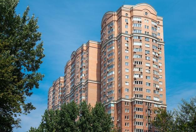 Typowy nowoczesny budynek mieszkalny w kijowie
