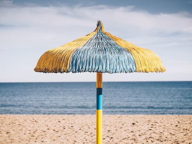 Typowy parasol plażowy w torremolinos, hiszpania