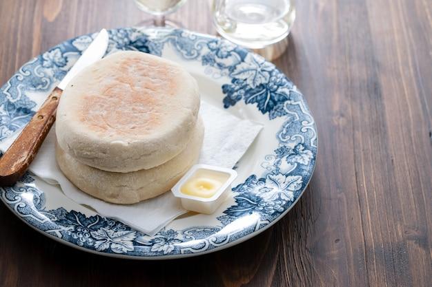 Typowy portugalski chleb z madery bolo do caco z masłem