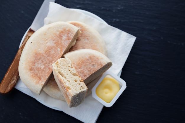 Typowy portugalski chleb z madery bolo do caco