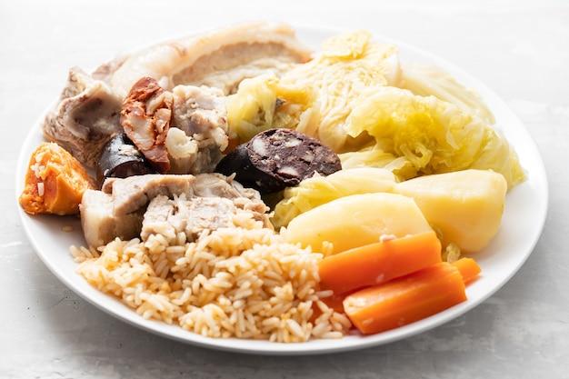 Typowy portugalski danie cozido a portuguesa na białym naczyniu