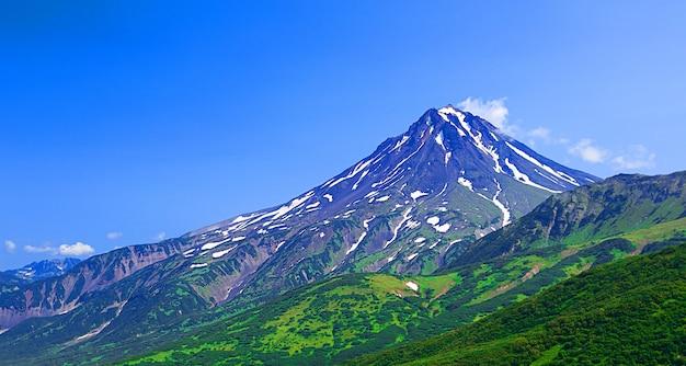 Typowy śpiący wulkan: wulkan vilyuchinsky (rosja, kamczatka).