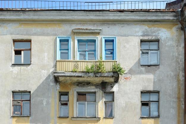 Typowy stalinowski stary dom w petersburgu w stylu empire z rosnącymi drzewami na balkonie