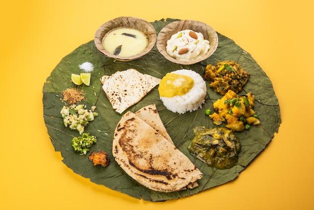 Typowy talerz zdrowego maharasztrańskiego jedzenia lub thali pełen składników odżywczych podawany na talerzu złożonym z rozkładających się zielonych liści, selektywne skupienie