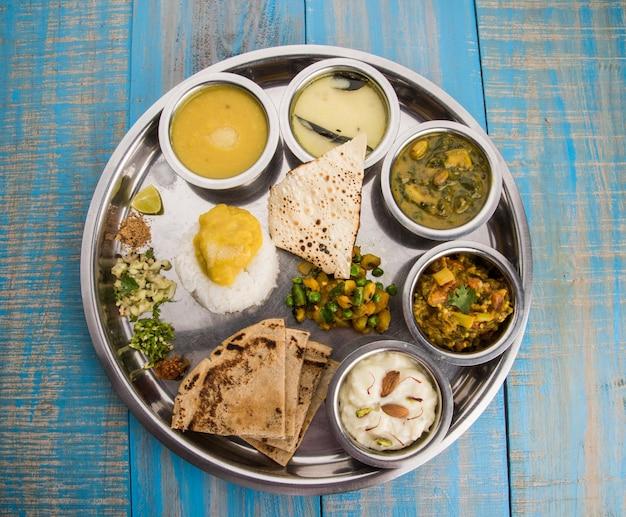 Typowy talerz zdrowego maharasztrańskiego jedzenia lub thali pełen składników odżywczych, selektywne skupienie