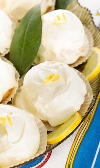 Typowy włoski deser cytrynowy z sorrento