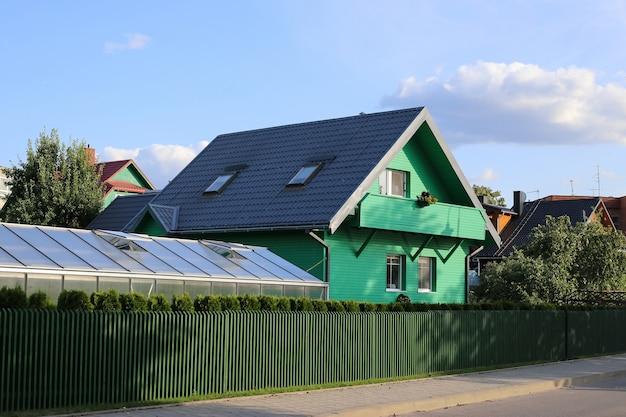 Typowy zielony dom na litwie, troki.