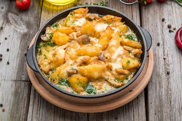 Tyrolskie smażone ziemniaki z mięsem, boczkiem i pieczarkami, tyrolski groestl