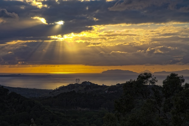 Tyrreński zachód słońca z gór peloritani, sycylia, włochy