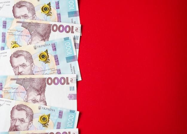 Tysiąc banknotów hrywny ukraińskiej na czerwonym tle 3