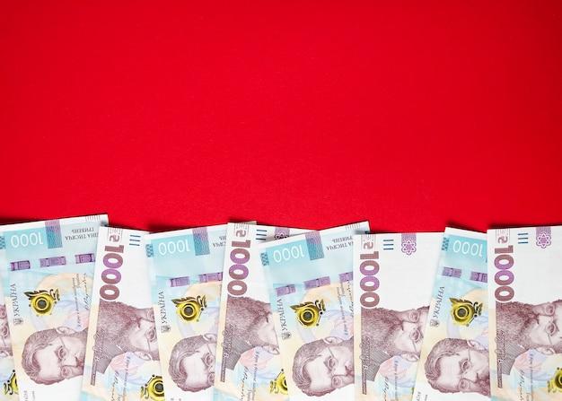Tysiąc banknotów hrywny ukraińskiej na czerwonym tle 4