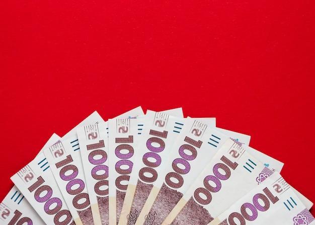 Tysiąc banknotów hrywny ukraińskiej na czerwonym tle 5