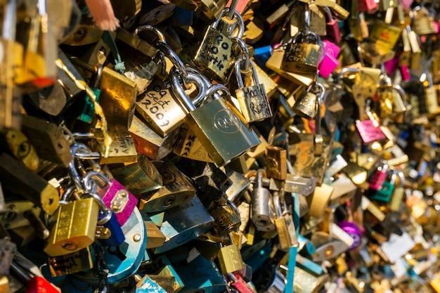 Tysiące miłosnych kłódek zamkniętych na szynie mostu pont des arts w paryżu