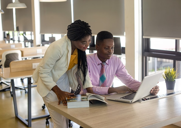 Tysiąclecia czarna bizneswoman zwraca się do kolegów na firmowym spotkaniu biznesowym, z bliska