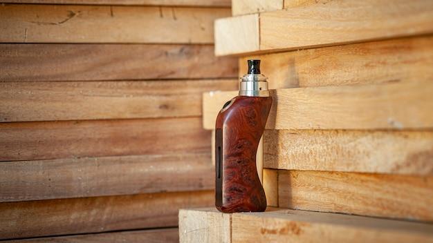 Tytanowy geneza atomizator na drewnianym tle