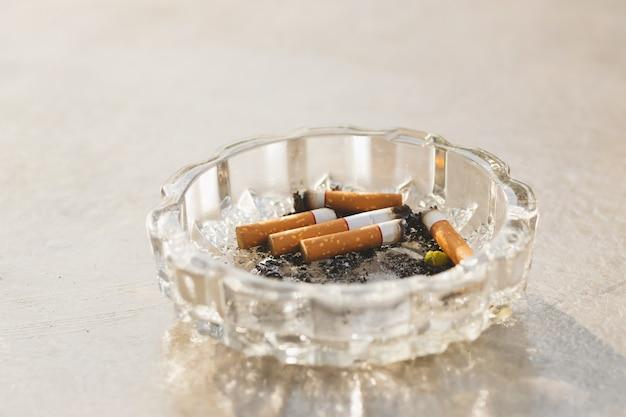 Tytoń w tacy na tle.