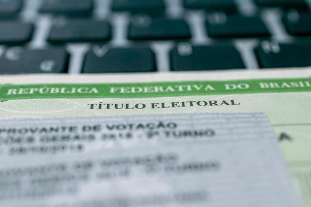 Tytuł brazylijskiego wyborcy i karty do głosowania na klawiaturze notebooka tytuł brazylijskiego wyborcy wybory