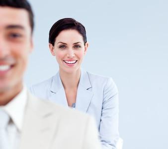 Uśmiechnięci ludzie biznesu stoi w linii