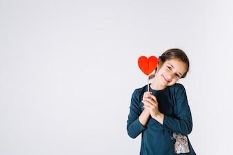 Uśmiechnięta dziewczyna z ślicznym sercem