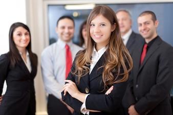 Uśmiechnięta grupa ludzi biznesu