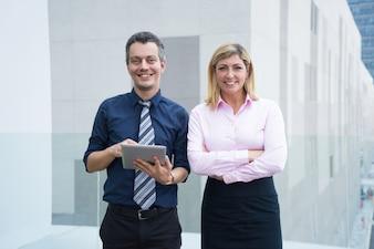 Uśmiechnięta pomyślna biznes drużyna jest liderem w ich polu.
