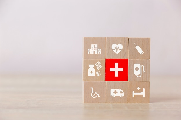 Ubezpieczenia zdrowotnego drewna bloku układania z ikoną opieki zdrowotnej medycznych.