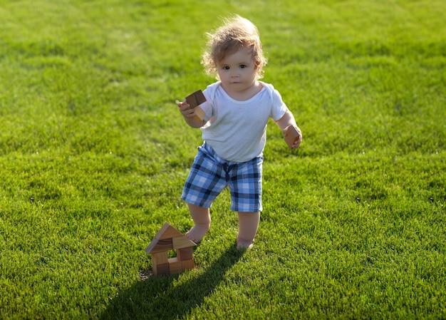 Ubezpieczenie dzieci chłopiec maluch spaceru w parku w jasny wiosenny dzień