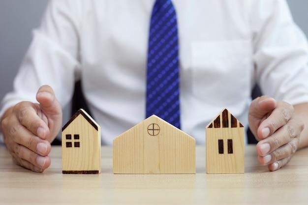 Ubezpieczenie koncepcji bezpieczeństwa domu dla nieruchomości chroniący gest modelu domu