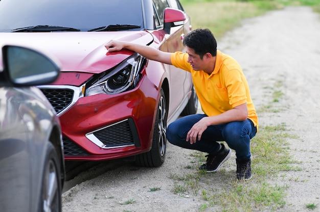 Ubezpieczenie od wypadku samochodowego. kierowca zdenerwowany po wypadku drogowym