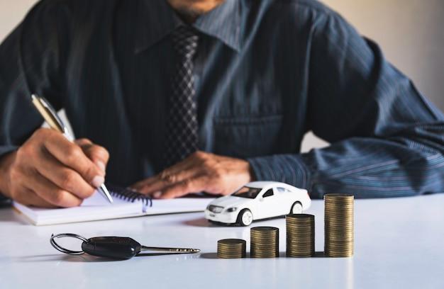 Ubezpieczenie samochodu i serwis samochodowy. koncepcja rachunkowości i finansów.
