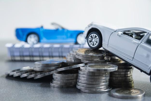 Ubezpieczenie samochodu i serwis samochodowy ze stosem monet.