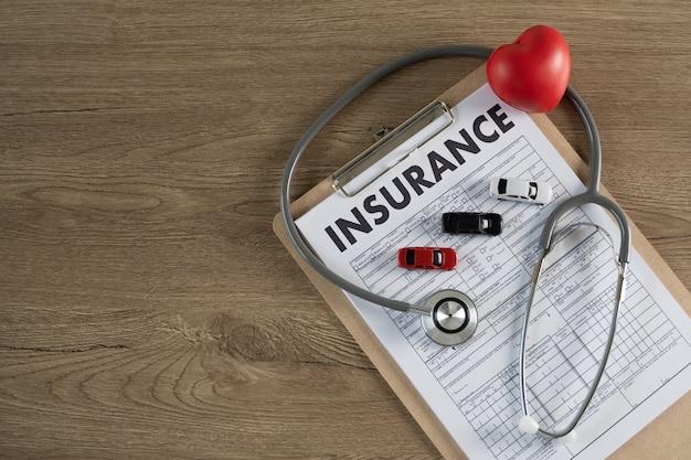 Ubezpieczenie samochodu w schowku, stetoskopie i sercu