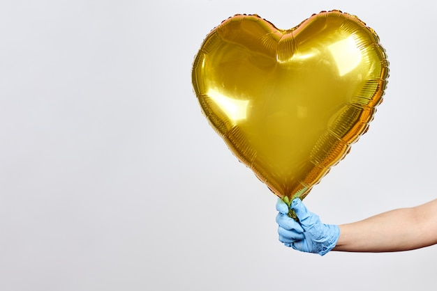 Ubezpieczenie zdrowotne, dające nadzieję. ręka trzyma świąteczny balon,