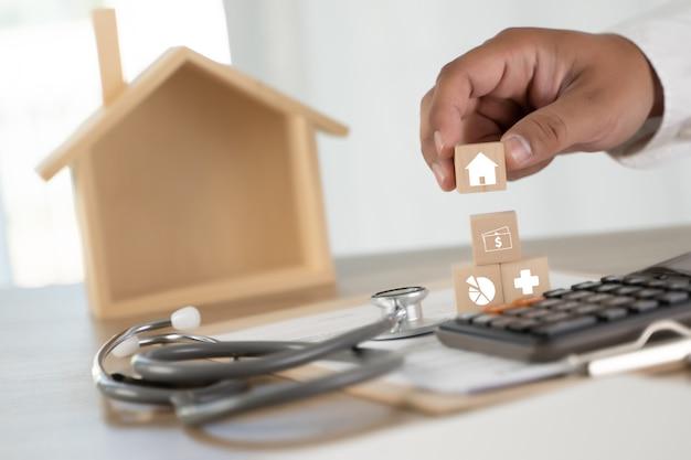 Ubezpieczenie zdrowotne ubezpieczenie domu lub pożyczka koncepcyjny obraz nieruchomości agent nieruchomości opieka zdrowotna medycyna